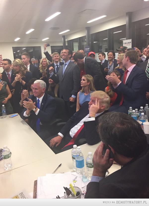 To jest chyba ten legendarny amerykański sen – Cały sztab Trumpa już wie, że Donald za niecałe dwa miesiące wprowadzi się do Białego Domu, wszyscy się cieszą, biją brawo, robią zdjęcia i obdzwaniają znajomych, a główny bohater siedzi w kącie stołu, podparty na ręce, zamyślony. W jego głowie przewijają się myśli o tym, że właśnie osiągnął w życiu wszystko. Został miliarderem, wybudował własny drapacz chmur w centrum Nowego Jorku, dupczył każdą laskę jaką chciał, ożenił się z supermodelką i spłodził superładne córki. Jego najlepszymi kumplami zostali Clint Eastwood i Sylvester Stallone. Ostatecznie zagrał w drugiej części przygód Kevina. I nagle stwierdził że wystartuje w wyborach na urząd prezydenta największego supermocarstwa na świecie. Potem wszystko przebiegło według schematu Gandhiego: Najpierw cię ignorują, potem śmieją się z ciebie, potem z tobą walczą, później wygrywasz. Reszta jest historią. Koniec. Dokonało się. Zostałeś najważniejszą osobą na świecie.Dalej już nic nie ma, można umierać. I teraz popatrz na to zdjęcie.