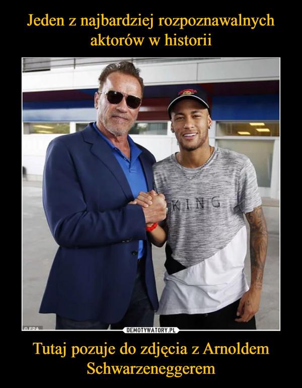 Tutaj pozuje do zdjęcia z Arnoldem Schwarzeneggerem –