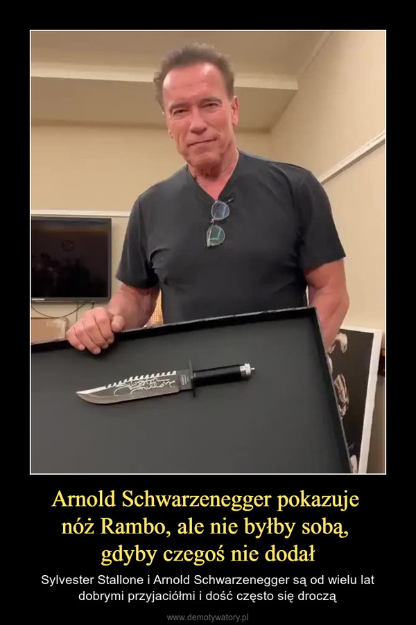 Arnold Schwarzenegger pokazuje nóż Rambo, ale nie byłby sobą, gdyby czegoś nie dodał – Sylvester Stallone i Arnold Schwarzenegger są od wielu lat dobrymi przyjaciółmi i dość często się droczą