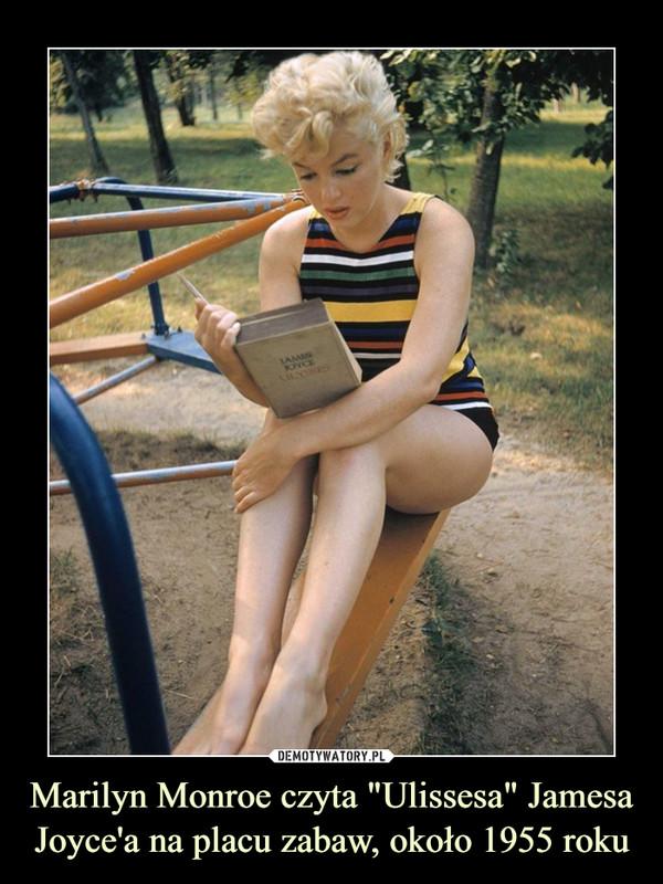 """Marilyn Monroe czyta """"Ulissesa"""" Jamesa Joyce'a na placu zabaw, około 1955 roku –"""