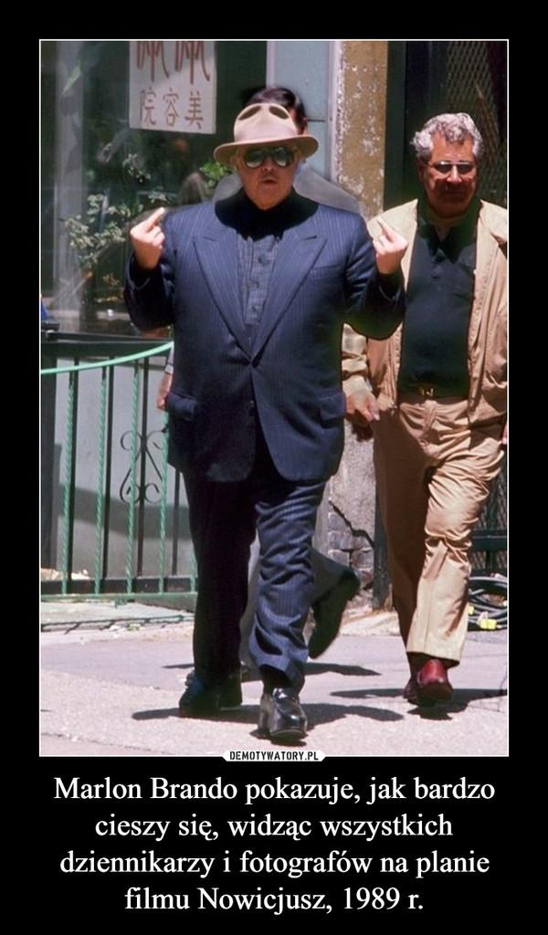 Marlon Brando pokazuje, jak bardzo cieszy się, widząc wszystkich dziennikarzy i fotografów na planie filmu Nowicjusz, 1989 r. –