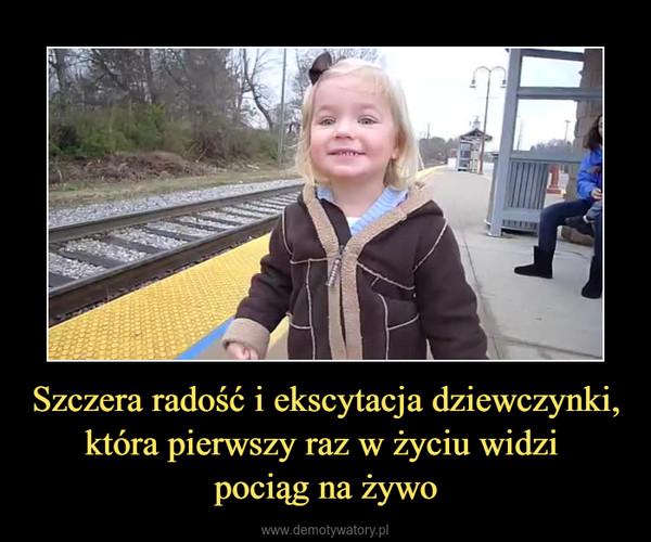 Szczera radość i ekscytacja dziewczynki, która pierwszy raz w życiu widzi pociąg na żywo –