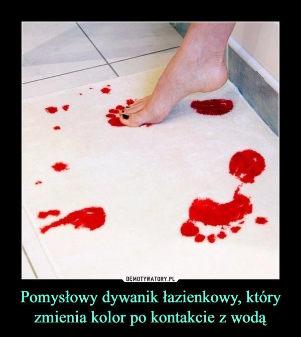 Pomysłowy dywanik łazienkowy, który zmienia kolor po kontakcie z wodą –