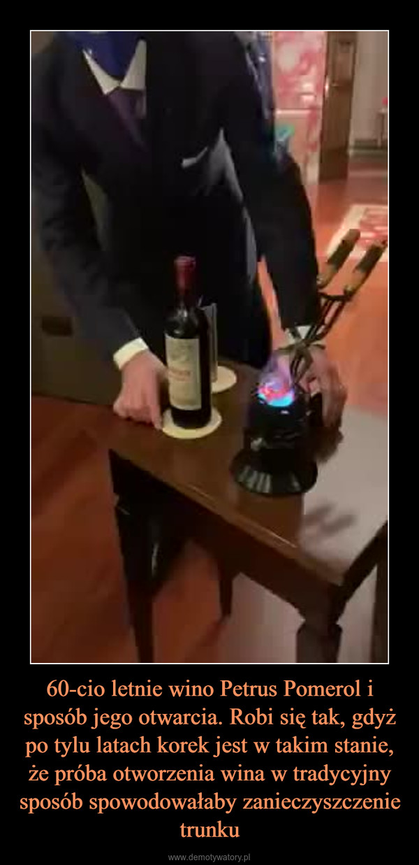 60-cio letnie wino Petrus Pomerol i sposób jego otwarcia. Robi się tak, gdyż po tylu latach korek jest w takim stanie, że próba otworzenia wina w tradycyjny sposób spowodowałaby zanieczyszczenie trunku –