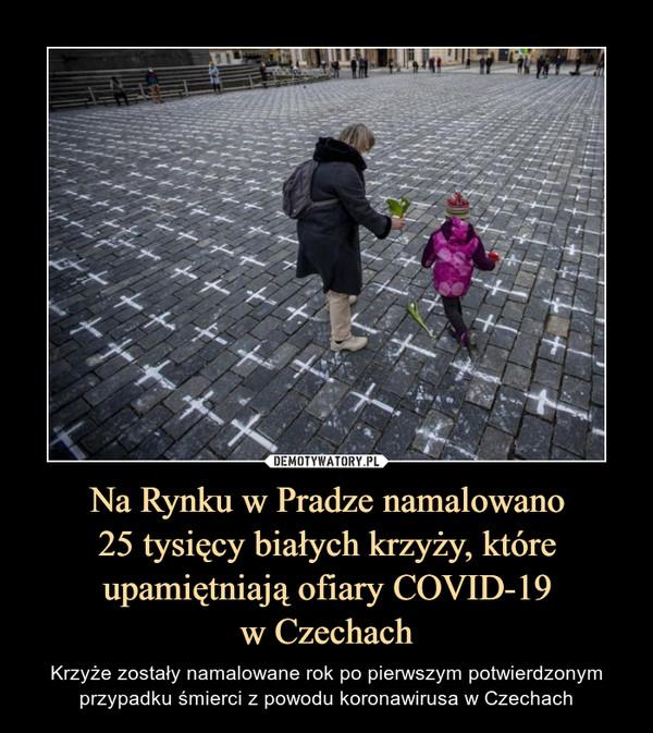 Na Rynku w Pradze namalowano25 tysięcy białych krzyży, które upamiętniają ofiary COVID-19w Czechach – Krzyże zostały namalowane rok po pierwszym potwierdzonym przypadku śmierci z powodu koronawirusa w Czechach