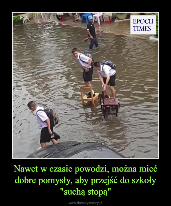 """Nawet w czasie powodzi, można mieć dobre pomysły, aby przejść do szkoły """"suchą stopą"""" –"""